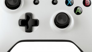 Detalle parte de abajo del mando blanco de Xbox One