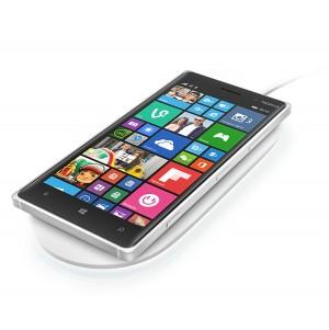 Nokia Lumia 830 encima de la placa de carga inalámbrica Nokia DT-903