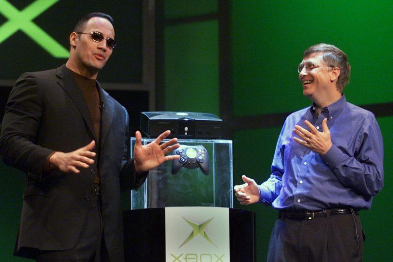"""Nuevamente """"The Rock"""" hace parte de la historia de Xbox, entregando las primeras 3 unidades de la versión One X"""