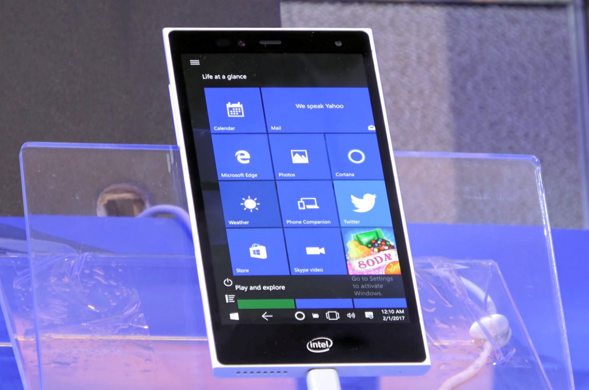 Intel sigue mostrando prototipos con Windows 10 y una se parece mucho a un Lumia